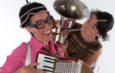 Klara & Giselle (Foto: Celia Herault) Französische Akkordeonklänge und Blasmusik