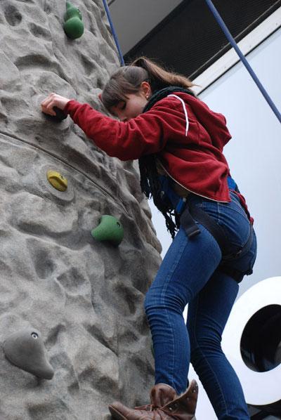 """Kletterwand / Kletterfels Mit unserem mobilen Kletterfelsen geht es hoch hinaus auf jeder Veranstaltung.  Je nach Aufstiegsroute können Sie den Schwierigkeitsgrad variieren und Ihre Kletterkünste unter Beweis stellten, natürlich nur gut gesichert unter einer fachkundigen Anleitung. Um Ihnen ein """"hohes"""" Maß an Sicherheit zu bieten, ist unser Kletterfels selbstverständlich TÜV geprüft.  Durch ein entsprechendes Branding können Sie aus Ihrer Werbung einen richtigen Blickfang machen.  Gehen Sie vor Freude die Wände hoch und lassen den Kletterfels ein Teil Ihres Events sein!"""