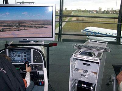 Flug Simulator / Flugsimulation Fliegen wie die Profis  Erleben Sie die Faszination des Fliegens – egal ob Cessna Grand Caravan, Learjet 45 oder Boeing 747-400.  Mit unserem Flugsimulator können auch Personen ohne Vorkenntnisse und Flugambitionen sofort zu einem Rundflug starten. Starten, Rundflug und Landen sind innerhalb kürzester Zeit möglich. Für fortgeschrittene Flieger lässt sich der Schwierigkeitsgrad entsprechend steigern.  Der Flugsimulator wird exklusiv von unserem Unternehmen angeboten. Dabei zeichnet ihn besonders die Instrumententafel, welche alle benötigten Fluginstrumente des gerade geflogenen Flugzeugtyps anzeigt, aus. Überblicken Sie Magnetkompass, Höhenmesser, Variometer, den künstlichen Horizont, Kurskreisel und vieles mehr. Die Steuerung erfolgt über Flugsteuerhorn, Schubregler und Ruderpedale.  Detailgetreue Landschaften simulieren reales Fluggefühl. Komplettieren Sie die Simulation durch Wettereinstellungen oder die Wahl zwischen verschiedenen Jahreszeiten.