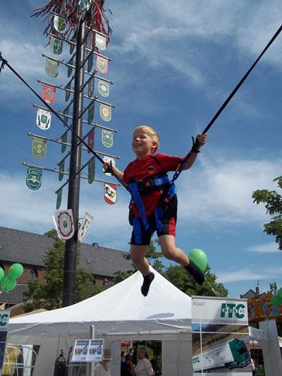 Quartertramp / High Jump / 4er Bungee Trampolin Unser Bungee Trampolin ist nicht nur ein echter Blickfang einer Veranstaltung, sondern auch ein richtiger Besuchermagnet. Bis zu 4 Personen gleichzeitig können das Gefühl der Schwerelosigkeit in schwindelerregender Höhe erleben. Diverse akrobatische Tricks und Saltos sind auf der TÜV geprüften modernen Bungee Trampolin Anlage möglich.  Sicher und mit einer Menge Spaß geht es hoch hinaus. Das Bungee- Trampolin ist besonders gut für Stadtfeste, Sportfeste, Firmenfeiern oder Messen geeignet.