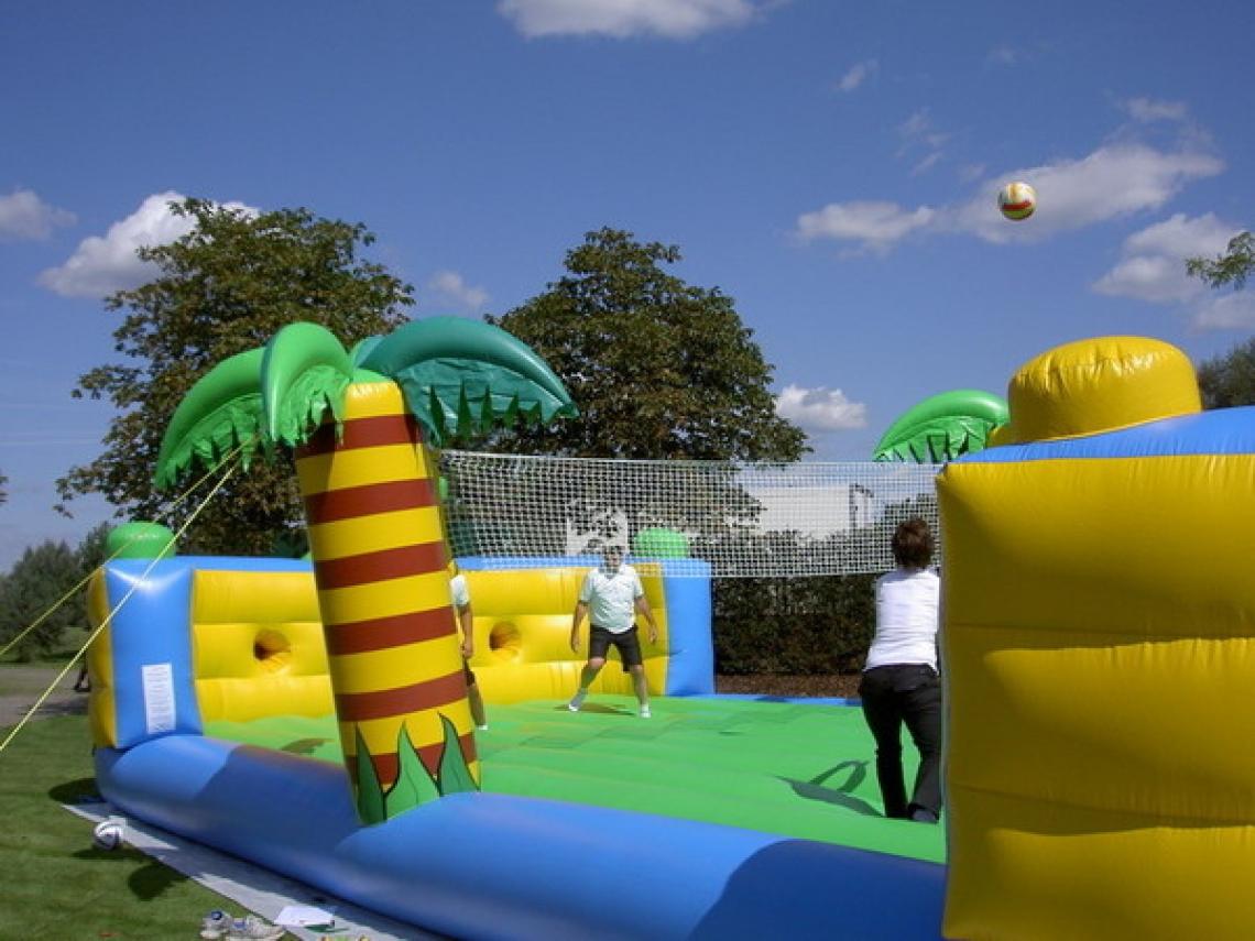 Beachvolleyball Arena / Volleyball Unsere Beachvolleyball Arena ist das Sommer Highlight. Diese Fun Arena ist nicht nur ein super Spaß für die Akteure, sondern auch das Publikum kommt auf seine Kosten. Mit diesem Modul bieten Sie Ihren Gästen spannende Action und beste Unterhaltung. Natürlich sind auch Wettbewerbe möglich, gerne Unterstützen wir Sie bei Ihrer Planung.  4 Akteure (2 gegen 2) treten in unserer Fun Arena zum Beachvolleyball an, dabei sind Sie an Bungee Seilen befestigt !!! Wer gewinnt den Kampf gegen das Gummiseil ?
