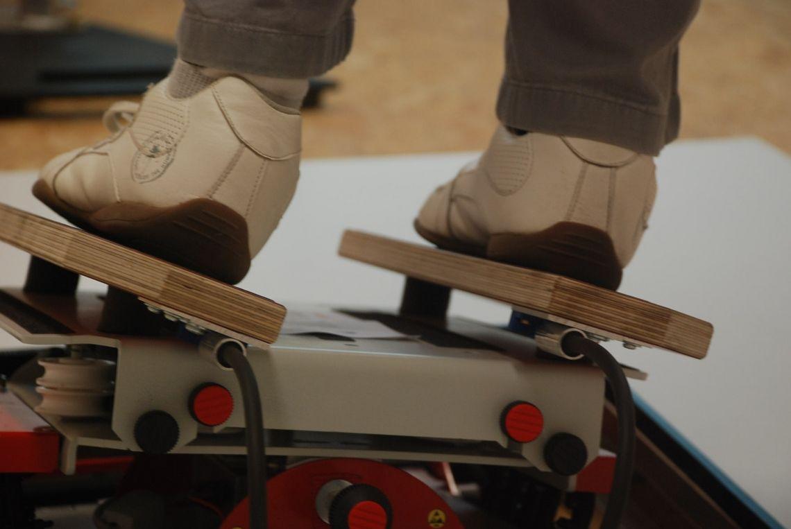 """Ski Simulator / Skisimulator Mit uns gehts in den Skiurlaub  Der einzig wahre Ski Simulator  Von diesem Simulator ist auch das Zentrum für Gesundheit der Sporthochschule Köln begeistert:  """"Besonders hervorzuheben ist bei diesem Gerät, dass es exakt die sportartspezifischen Anforderungen des realen Skifahrens simuliert und so ein zielgerichtetes Training von Kraft, Ausdauer und Koordination ermöglicht.""""  Das Gerät simuliert unterschiedliche Hangneigungen, Gelände- und Schneearten. Darüber hinaus werden reale Bewegungen und Technikelemente des Skifahrens, wie bspw. die Körperlage und Körperstellung, abgebildet. Die kippenden Ski unter den Füßen fühlen sich an wie echte Ski. Dazu kommen Drehbewegungen und Stockeinsätze wie am Hang.  Nehmen Sie Ihre Gäste mit in die Berge."""