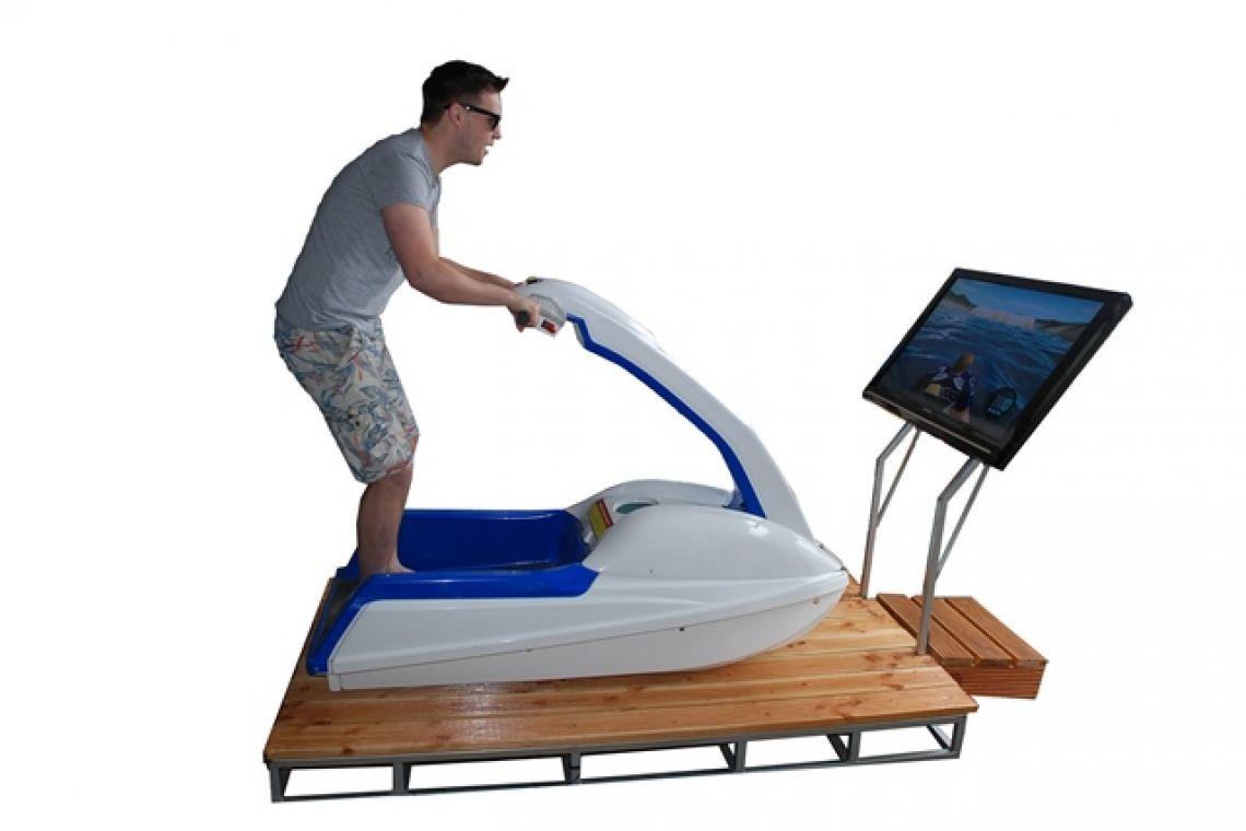 Jetski Simulator / Jetskisimulator Jetzt Jetski wie im Urlaub fahren Da bleibt kein Auge trocken!  Der Jetski Simulator bringt die verschiedensten Landschaften und Gewässer direkt zu Ihrer Veranstaltung. Egal ob Hawaii, Bali oder der Rhein in Deutschland – Abwechslung und Spaß sind in jedem Fall garantiert!  Drehen Sie mit Vollgas Ihre Runden vor der Küste und nutzen Sie jede Sprungschanze. Mit akrobatischen Stunts erhöhen Sie den Kick beim Ritt über das Nass. Zeigen Sie Ihr Können und trotzen den Wellen.  Ein absoluter Spaß für Jung und Alt, mit dem Sie sowohl Teilnehmer als auch Publikum auf Ihre Seite ziehen.
