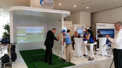 Golf Simulator / Golfsimulator Sport, Spaß und Ehrgeiz vereinen sich!  Lassen Sie sich vom Golf Fieber infizieren und erleben Sie Sport und Spaß in einem. Durch eine realistische Golfplatz-Simulation vergessen Sie schon nach wenigen Minuten, dass Sie vor einer Großbildleinwand spielen. Ob Anfänger oder Erfahrene Spieler, begeisterte Golffreunde kommen hier zu jeder Jahreszeit voll und ganz auf ihre Kosten. Der Golfsimulator fasziniert nicht nur durch die bekanntesten Golfplätze der Welt, Sie können auch ganz nach Ihren Bedürfnissen Golf spielen.  Golfsimulator nach Ihren Wünschen – sprechen Sie uns an  Spielmöglichkeiten: Hole in One Longest Drive Nearest to the Pin  Putting ... und vieles weitere  Schwunganalyse: Schlagflächenstellung Eintreffwinkel des Schlägerkopfes Treffpunkt auf der Schlagfläche Schlägerkopfgeschwindigkeit Schlagdistanz