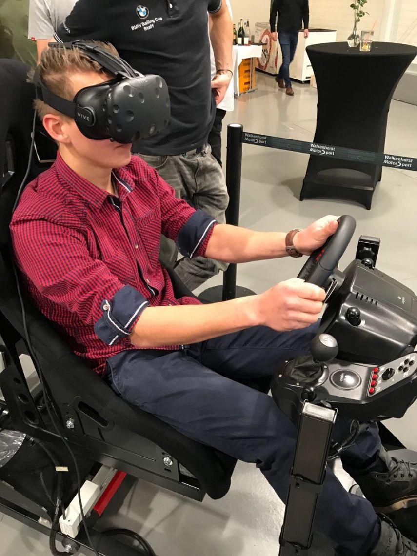 Virtual Reality Simulator / Rennsimulator Rennsimulation in Perfektion! Wie wäre es, wenn Sie Ihre Veranstaltung mit einem ganz besonderen Highlight krönen? Im Angebot von Eventsolution finden Sie viele Simulatoren, die aus ihrer Veranstaltung etwas ganz Besonderes machen. Ein Highlight unseres Angebots bieten wir Ihnen mit unserem Rennsimulator. Diesen können wir Ihnen in verschiedenen Ausführungen anbieten. Einer unserer Höhepunkte ist hier der Virtual Reality Full-Motion Rennsimulator (mit VR Brille HTC Vive). Er ist für nahezu jedes Event die richtige Wahl. Mit diesem Rennsimulator können Sie das Simulationsergebnis auf einem ganz neuen Niveau erleben.