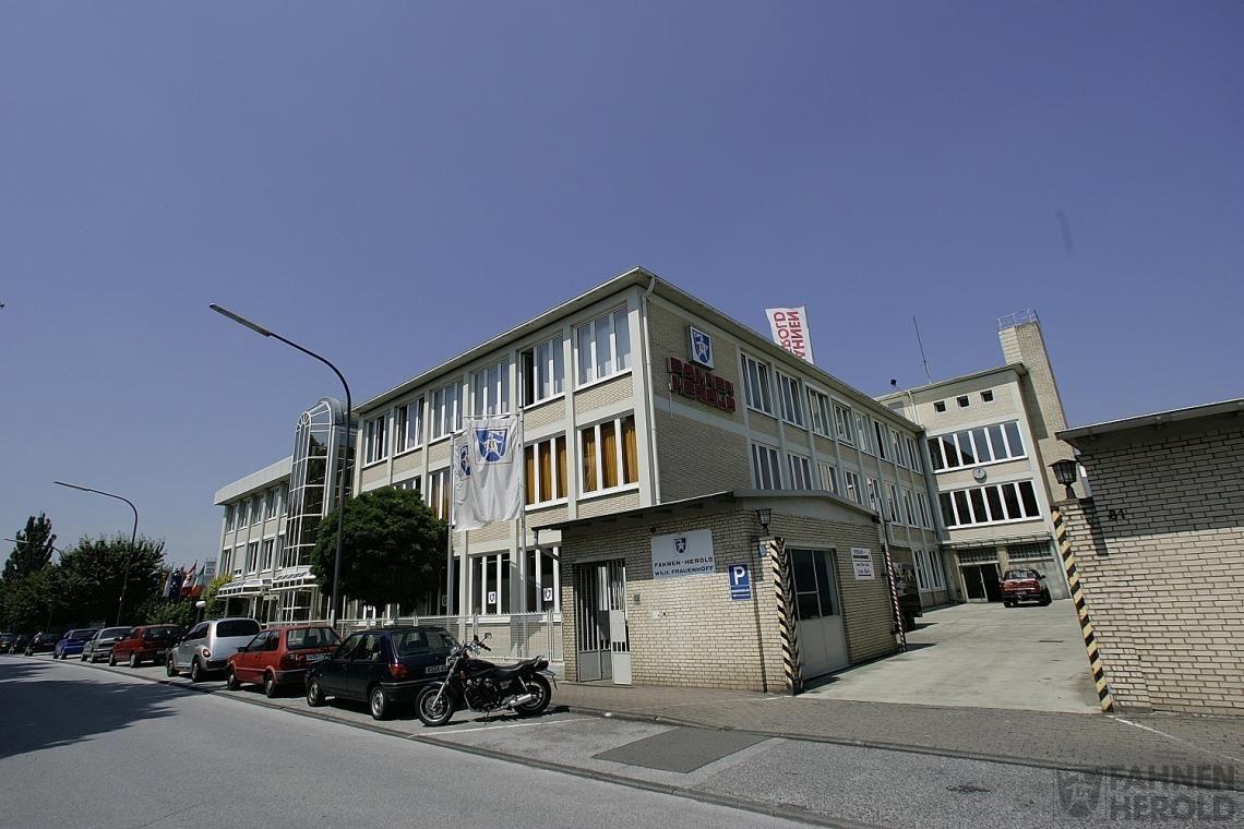 Standort Seit über 60 Jahren in Wuppertal Langerfeld. Fahnen Herold baut auf die Zentralisierung aller Produktionsprozesse an einem Standort.