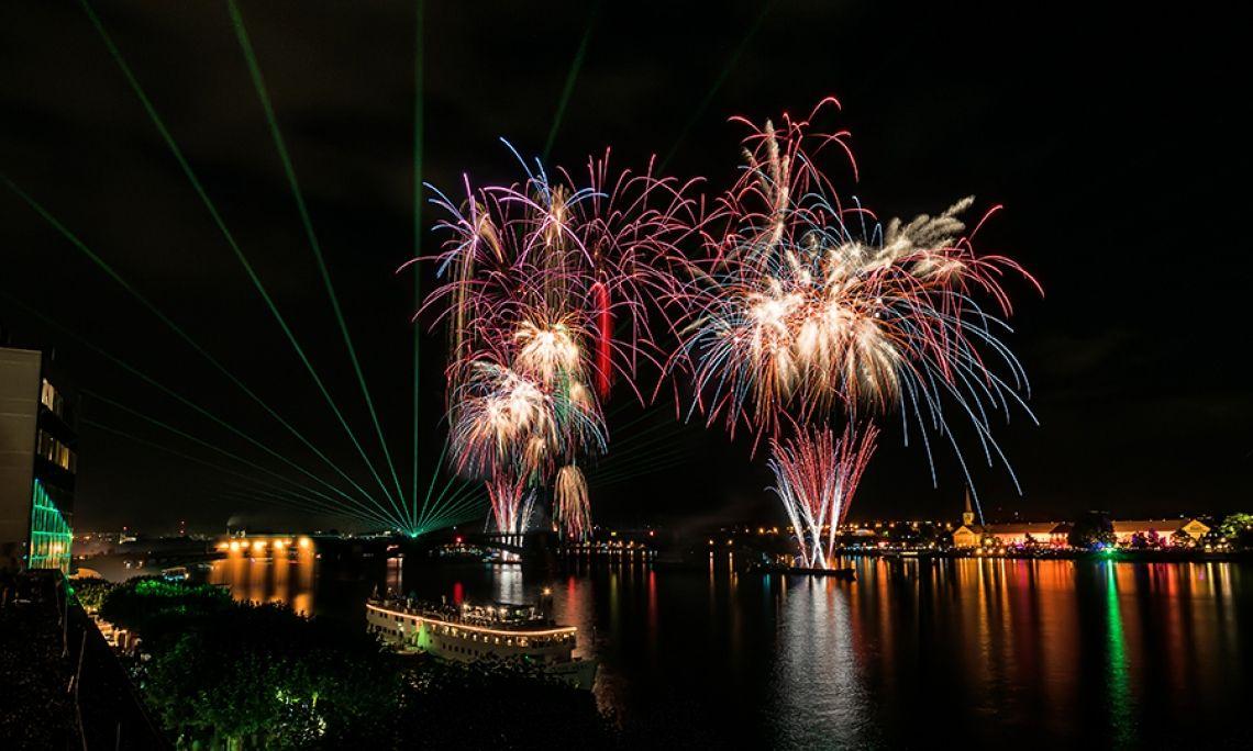 Mainzer sommerlichter 2017 Aus ganz Deutschland sind die Besucher angereist, um das spektakuläre Feuerwerk mit Lasershow und Musikuntermalung in herrlicher Rhein-Kulisse zu bewundern. Das musiksynchrone Höhengroßfeuerwerk war ein besonderes Highlight – egal ob an Land oder auf einem der Schiffe.
