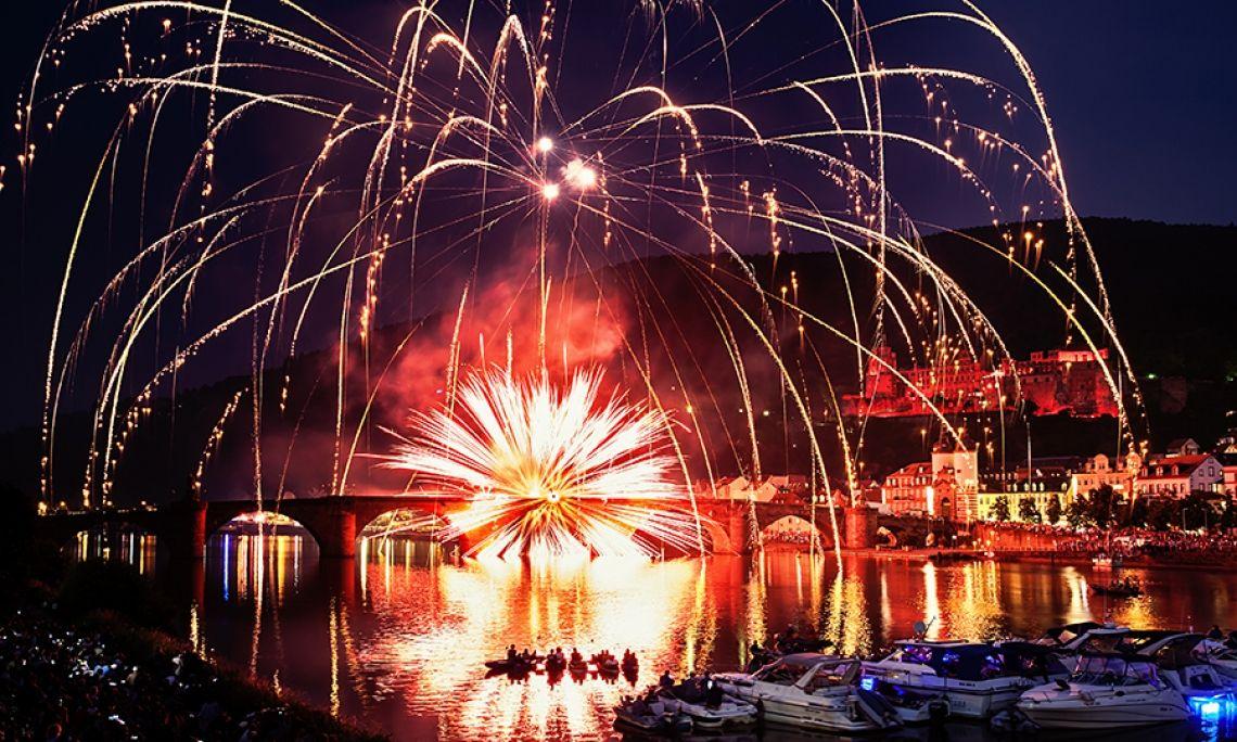 Heidelberger Schlossbeleuchtung Die Schlossbeleuchtung in Heidelberg ist ein Event mit langer Tradition, das Jahr für Jahr viele Tausend Menschen begeistert. Wir von Beisel Pyrotechnik organisieren das Lichtspiel am nächtlichen Himmel bereits seit über 50 Jahren!