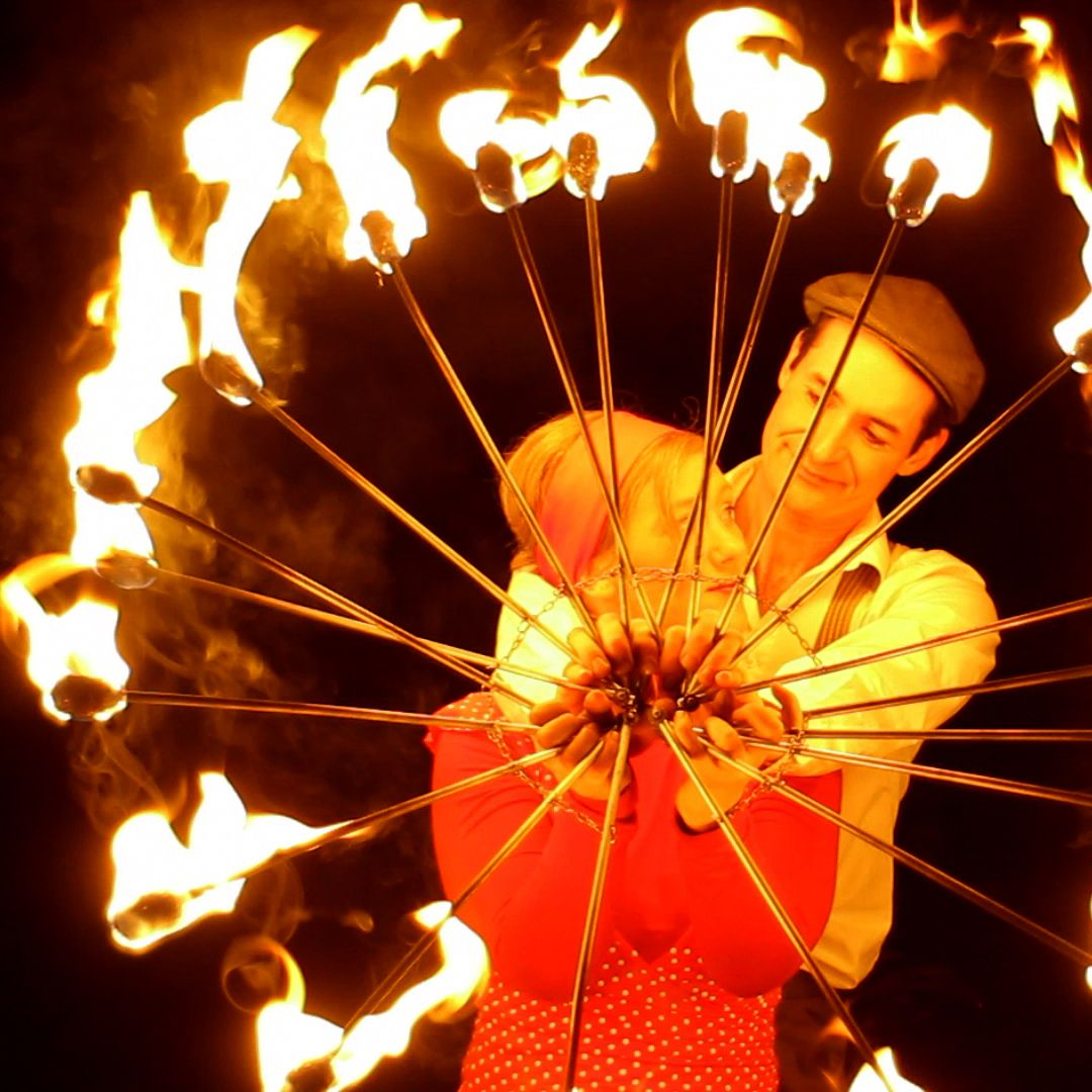 Swing Fire Eine romantisch fein verspielte Feuershow im Stil der 20er Jahre