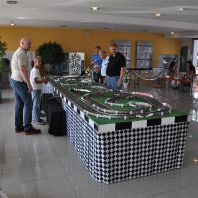 Carrera Rennbahn Besonders lange Carrera Rennbahn mit Schikanen für maximalen Autorennspaß.