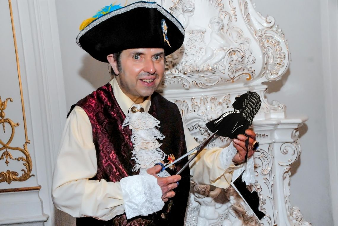Der Scherenschneider im Barock auf Schloß Heidecksburg, Thüringen Die Scherenschnittkunst wird historisch präsentiert.