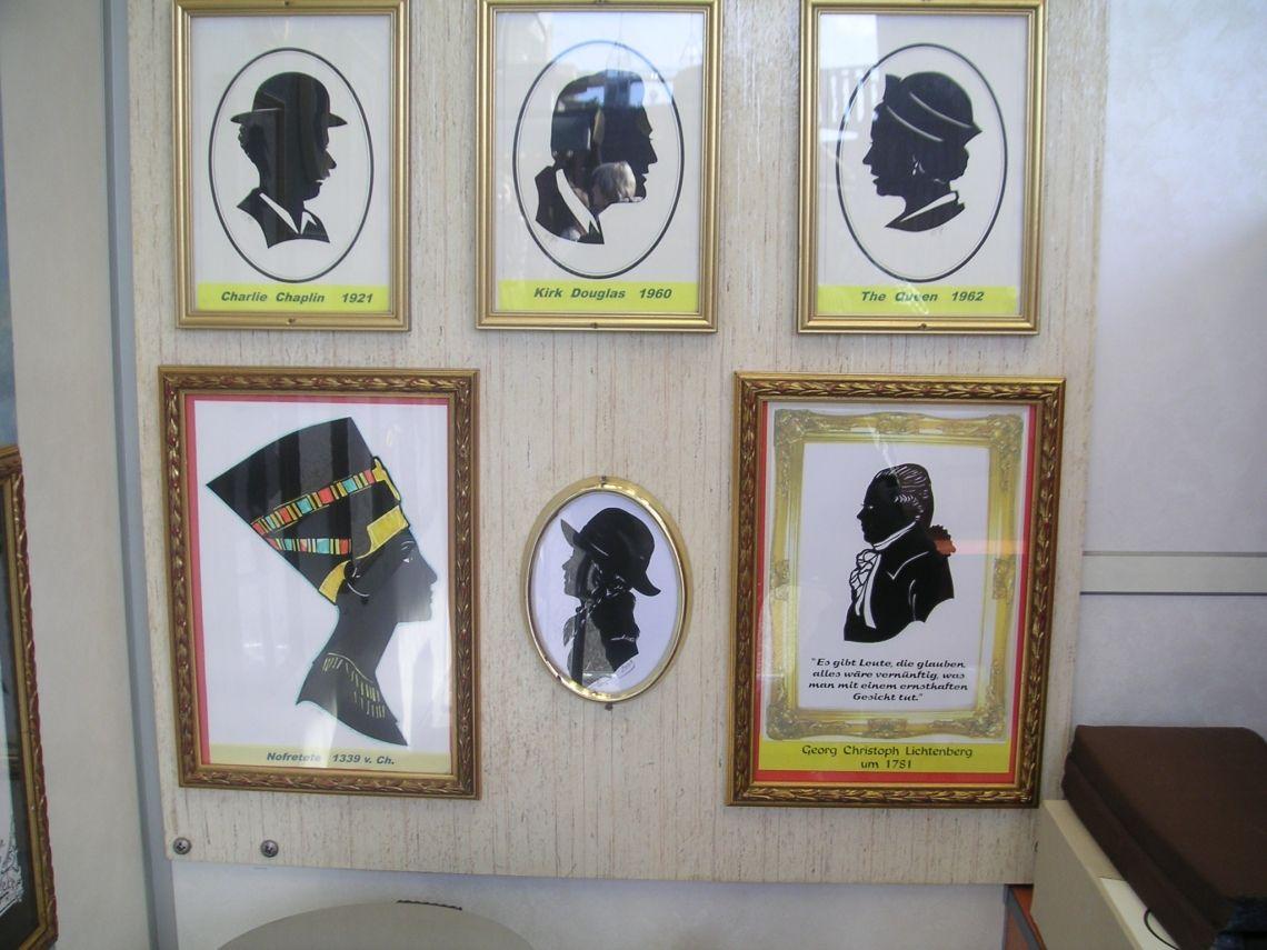 Atelier Ausstellung von Scherenschnitten So sehen die Besucher die Scherenschnitte im Atelier.