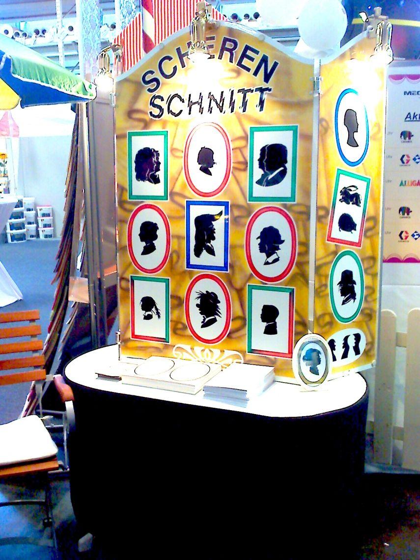 Scherenschnitt-Aufsteller mit Muster Schereneschnitt-Bilder Die ausgeleuchtet Präsentation auf einer Messe.