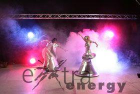 """Magic Movers Wie von Zauberhand gezogen, gleiten die Tänzer durch den Raum - tanzen ihren """"magischen Tanz"""" - bewegen, drehen, laufen vorwärts und rückwärts. Dabei verleihen Magic Movers jeder Veranstaltung das """"gewisse Etwas"""" und verzaubern ihre Umgebung - ob drinnen oder draußen - mit ihrer spürbar bewegenden Magie."""