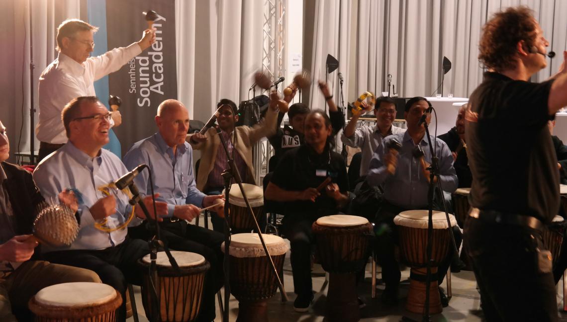 Corporate Sound Event Mitarbeiter performen einen eigenen Firmensong