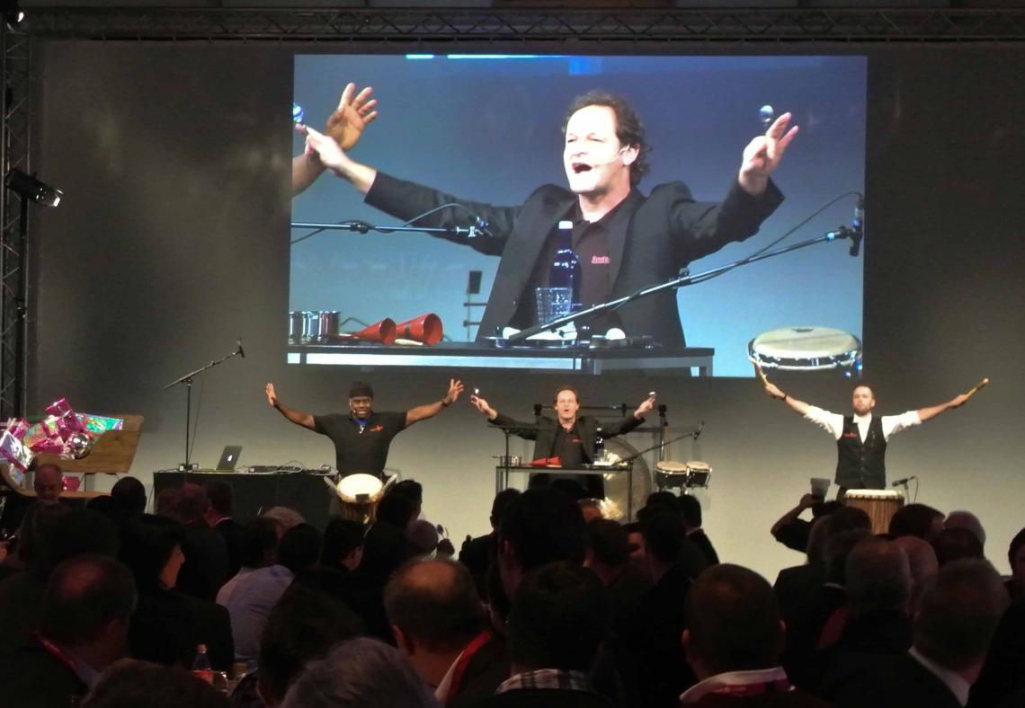 Trommelshow zum DinnerDrumming mitmachende Gäste bei einer Betriebsfeier