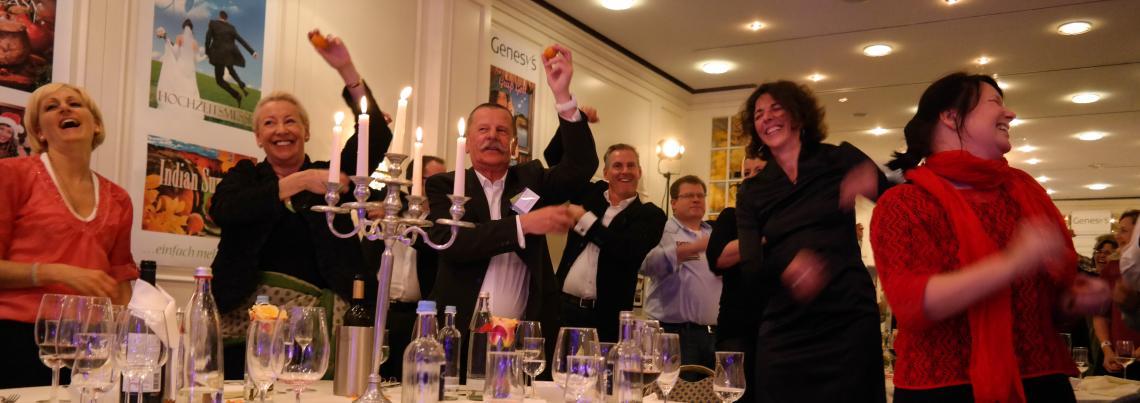 Stimmung beim DinnerDrumming Gäste feiern ausgelassen bei einer Egg-Shaker-Performance