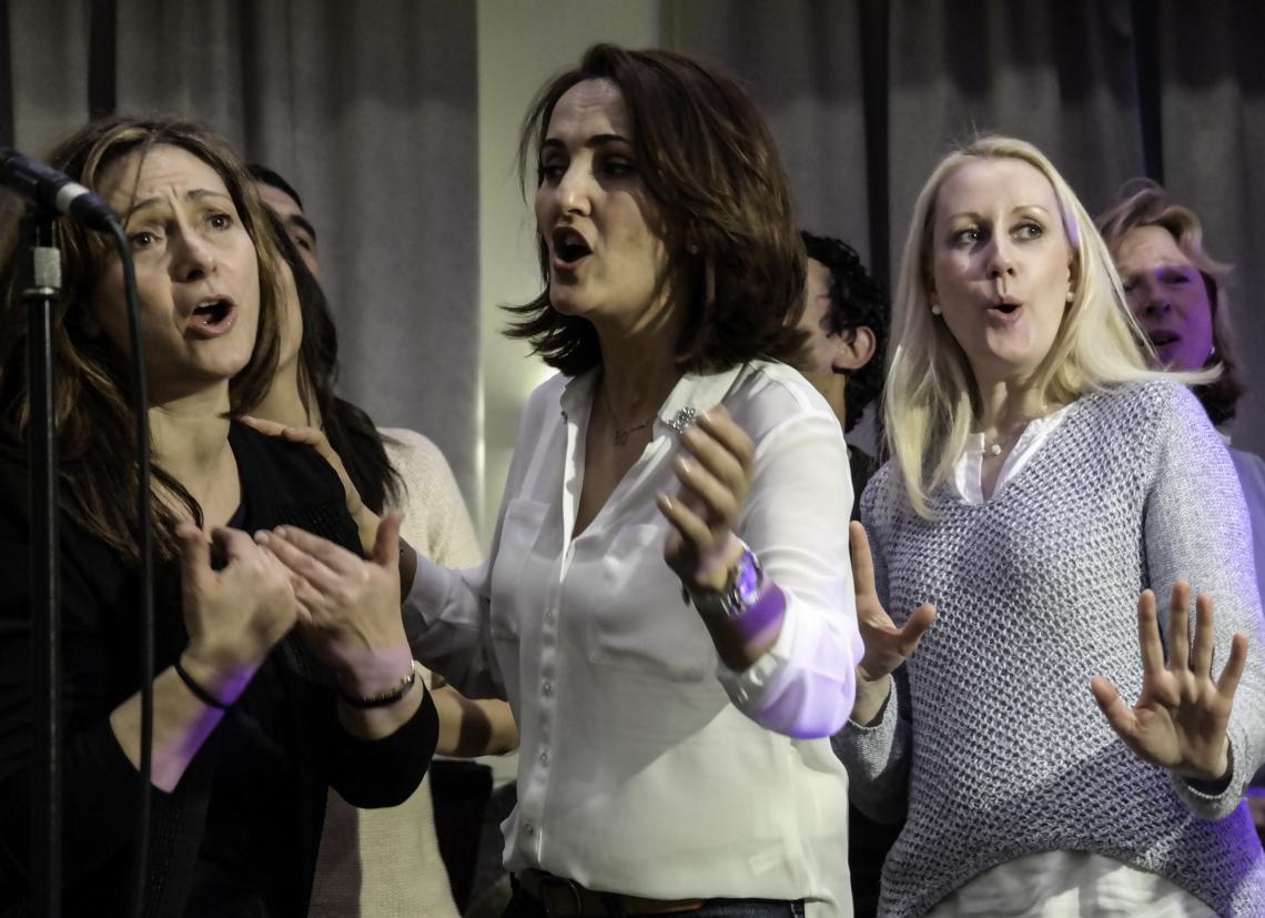 Eigener Song mit dem Team Frauen singen einen Teamsong.