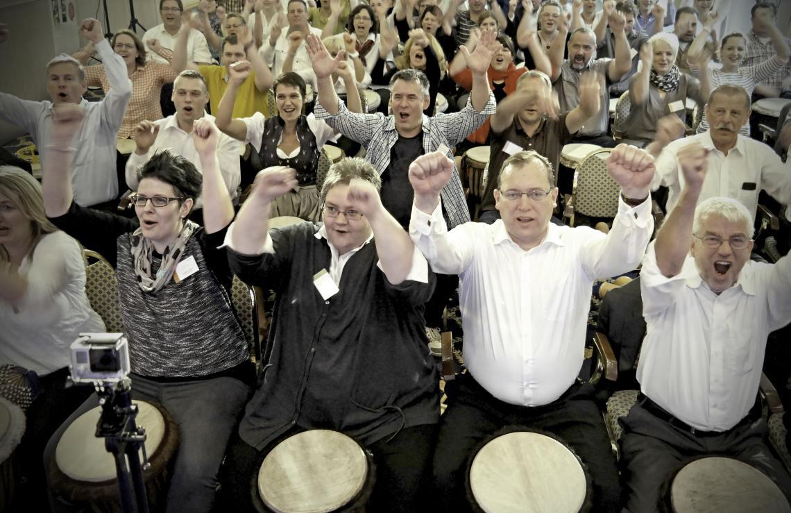 Stimmung beim SynergyDrumming Teilnehmer trommeln bei einem Trommelworkshop