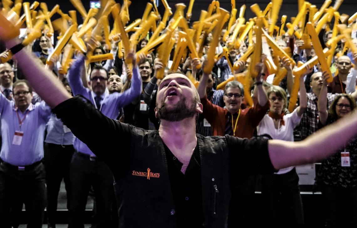 Teamevent mit Klatschstangen Benedikt Bassimir leitet das DrumEnergetics