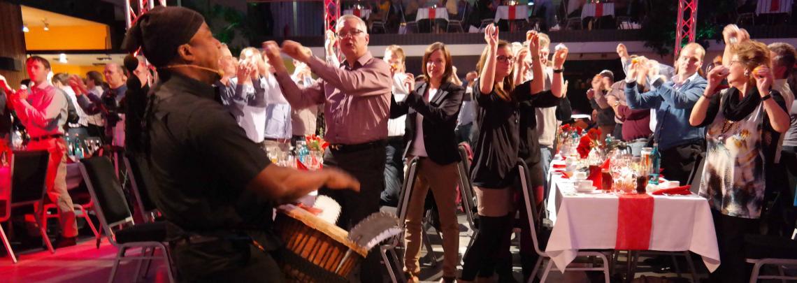 Stimmung beim DinnerDrumming zum Mitmachen animierte Gäste bei einer Musik-Performance