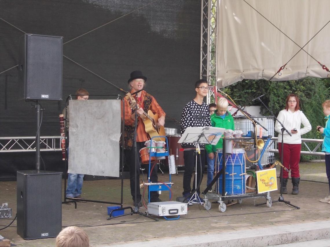Performance Paderborn 2015 Das Klappertrööt und co ... in Kombination mit der Klabautermusik vorgestellt.