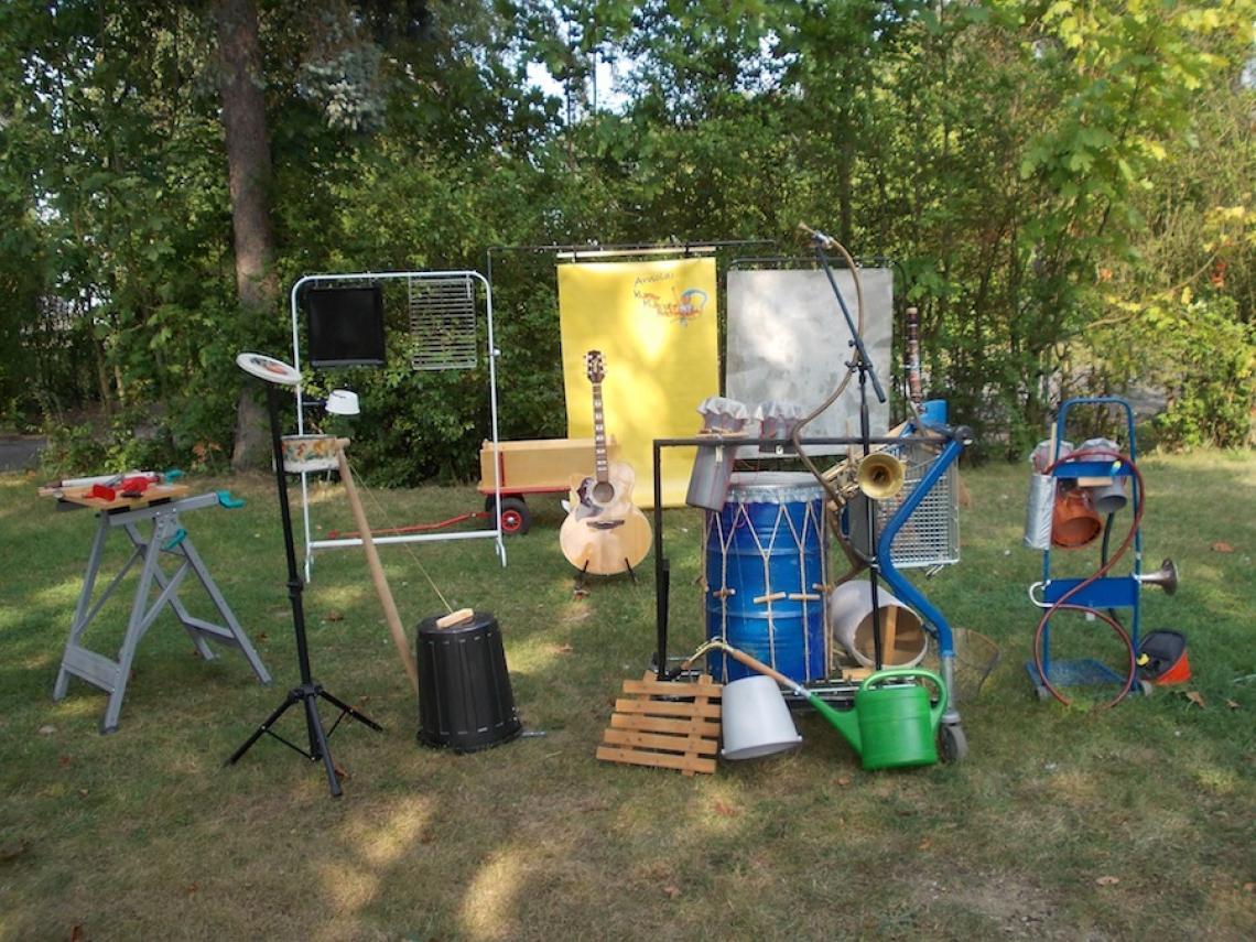 Das Klappertrööt und co .... Eine Sammlung von selbstgebauten Instrumenten und Klangerzeugungsmitteln zum ausprobieren und bespielen.