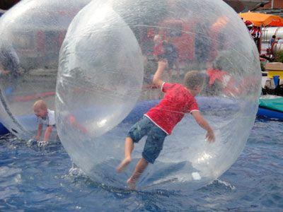 Wasserlaufbälle (Fun-Bubbles) Die Wasserlaufbälle (Fun-Bubbles) sind der Trend in dieser Saison. Mit unserem mobilen Wasserbecken ist der Einsatz dieser Bälle überall möglich.