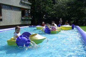 PowerPaddler-Boote Der Sommerspass! Die Funktionsweise der unsinkbaren PowerPaddler ist kinderleicht: Sie werden einfach über die von Hand zu bedienbaren Schaufelräder angetrieben und sind auf vielen Wasserstellen einsetzbar. Bei Bedarf kann auch ein aufblasbares Wasserbecken zur Verfügung gestellt werden.