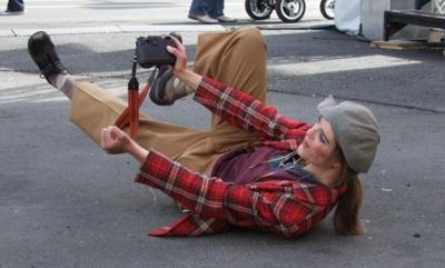 Halleconi als Fotograf Halleconi schlüpft gerne in verschiedene Rollen, zum Beispiel in die eines Fotografen oder eines Detektivs. Auch spielt er instinktiv mit der Umgebung des Geschehens. So hat er kein Problem damit, der Sängerin auf der Bühne eine Blume zu überreichen.  (Foto: Armin Lawida)