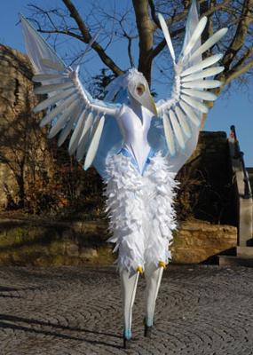 """Enaya Dayeh - Stelzenperformance Ästhetisch, graziös, mystisch - """"Enaya Dayeh"""" der weiße Vogel. """"Enaya Dayeh"""" vereint filigrane Bewegungen mit langsam statischen Bewegungen und akrobatischen Aktionen, sowie Sounds aus dem Reich der Vogel-Welt."""