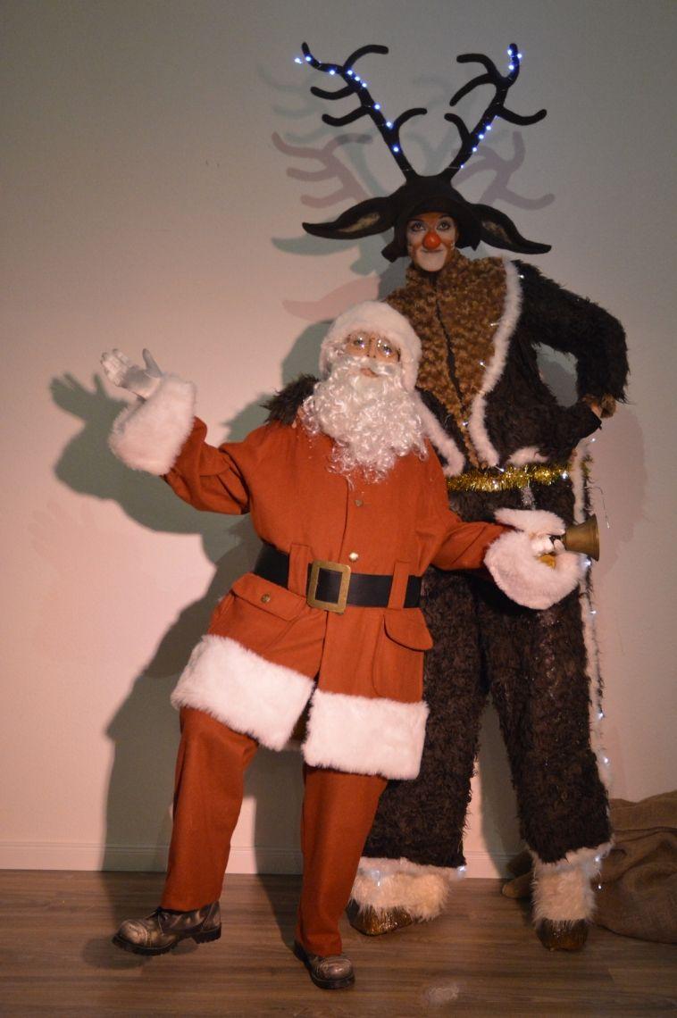 Rudi Rentier Stelzenperformance & der Weihnachtsmann Komödiantisch herzlich, sorgen der Weihnachtsmann und sein treues Rentier Rudolf auf Weihnachtsmärkten, Feiern und Events für eine weihnachtliche und fröhliche Stimmung. Für brave Kinder (und brave Erwachsene) hat der Weihnachtsmann natürlich auch eine Kleinigkeit dabei, die er neben seinen kölschen Sprüchen lustig liebevoll verteilt. Karotten für Rudi sind natürlich auch immer dabei.  Trotz Flausen im Kopf erobert Rudi alle (Kinder-) Herzen.