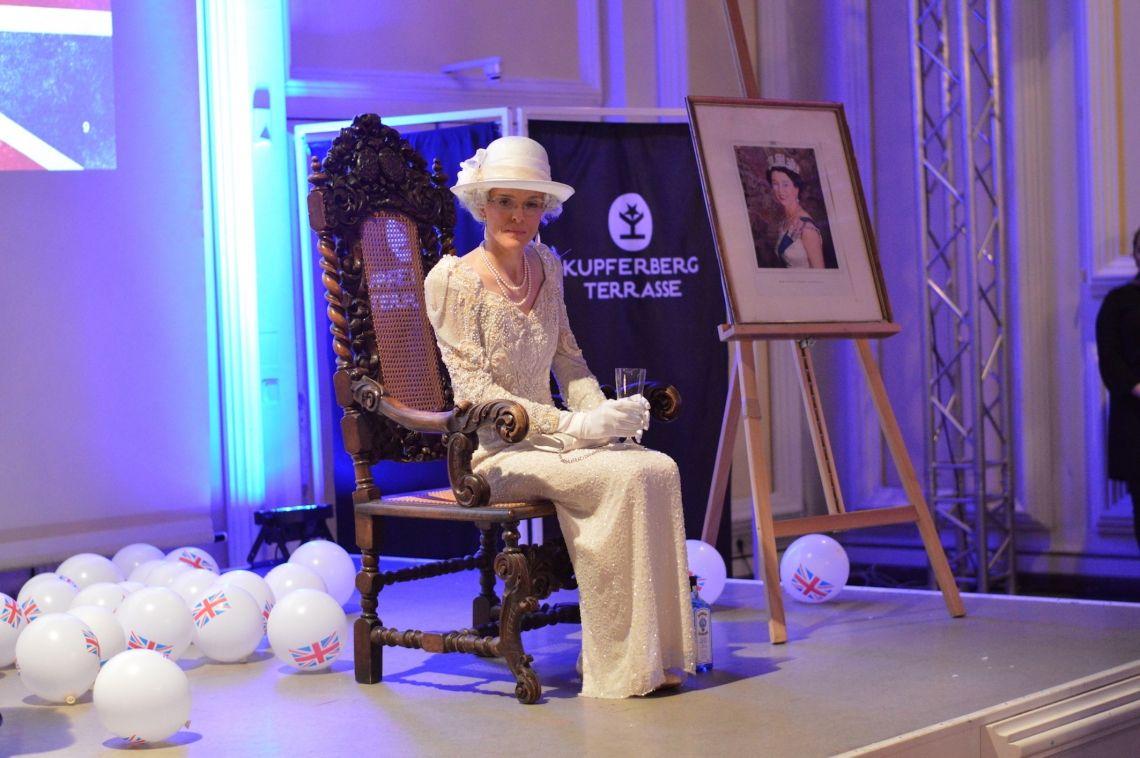 Queen Elisabeth II. Ob auf Galas, Firmenevents oder privaten Feiern, ihre Majestät die Queen erfreut Sie gerne mit ihrer Anwesenheit. Ihr königlicher Charme lässt dabei nicht nur Engländer-Herzen höher schlagen.