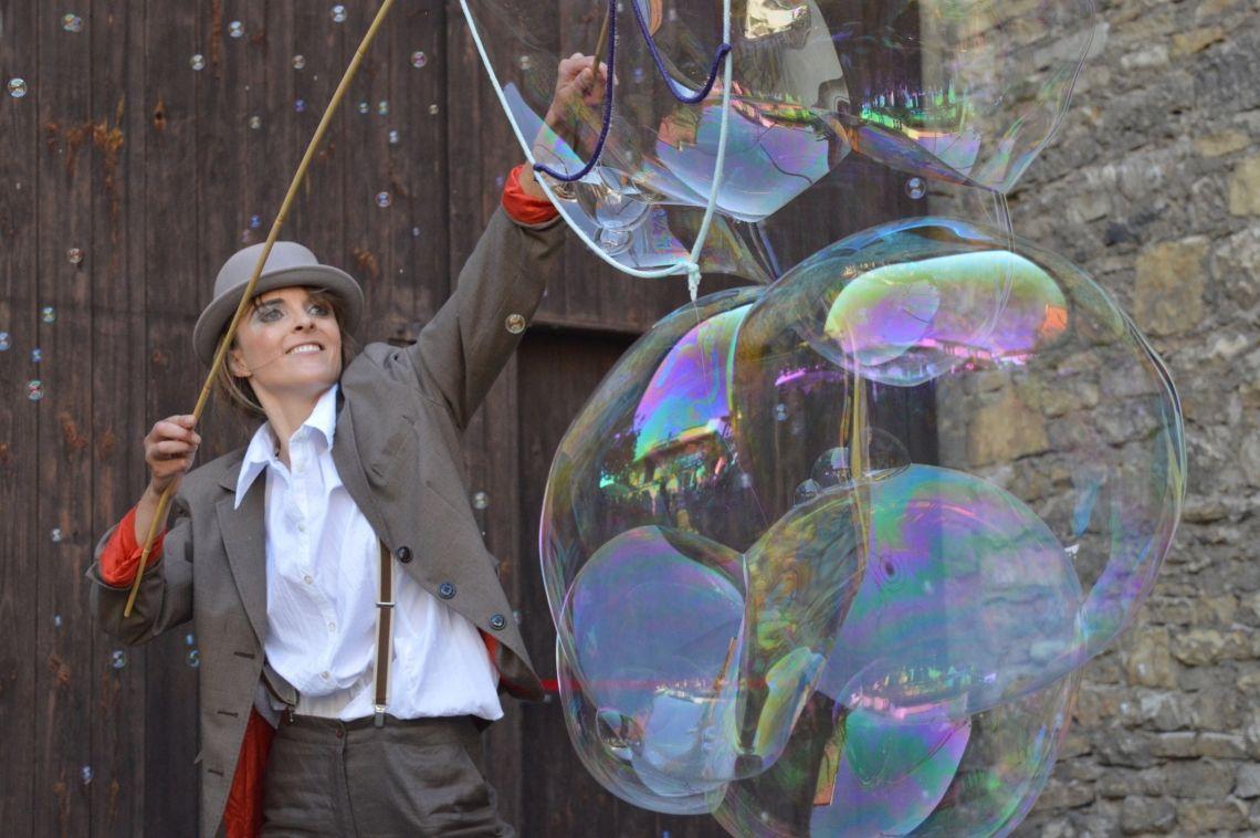 Seifenblasenshow Visuelle Comedy und Poesie. Seifenblasen - jeder kennt und liebt sie, so auch Corina Ramona Ratzel. In ihrer charmant-witzigen Darbietung verzaubert sie das Publikum mit überraschenden Tricks. Dabei verwandelt sie die Bühne in eine traumhafte Welt, in der kleine und bis zu 4 Meter große Seifenblasen miteinander tanzen.  Seien Sie mit dabei und träumen Sie mit.