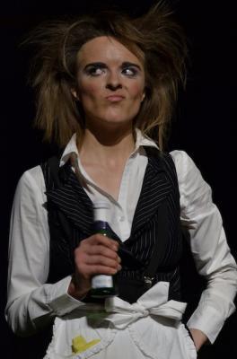 """Miss Hallony _""""..ein sinnvoller Unsinn.."""" Sie schafft es ohne viele Worte von Beginn an das Publikum durch ihre ausdrucksstarke Körpersprache in den Bann zu ziehen.Bühnenstück Mime Comedy , und Walk Act"""