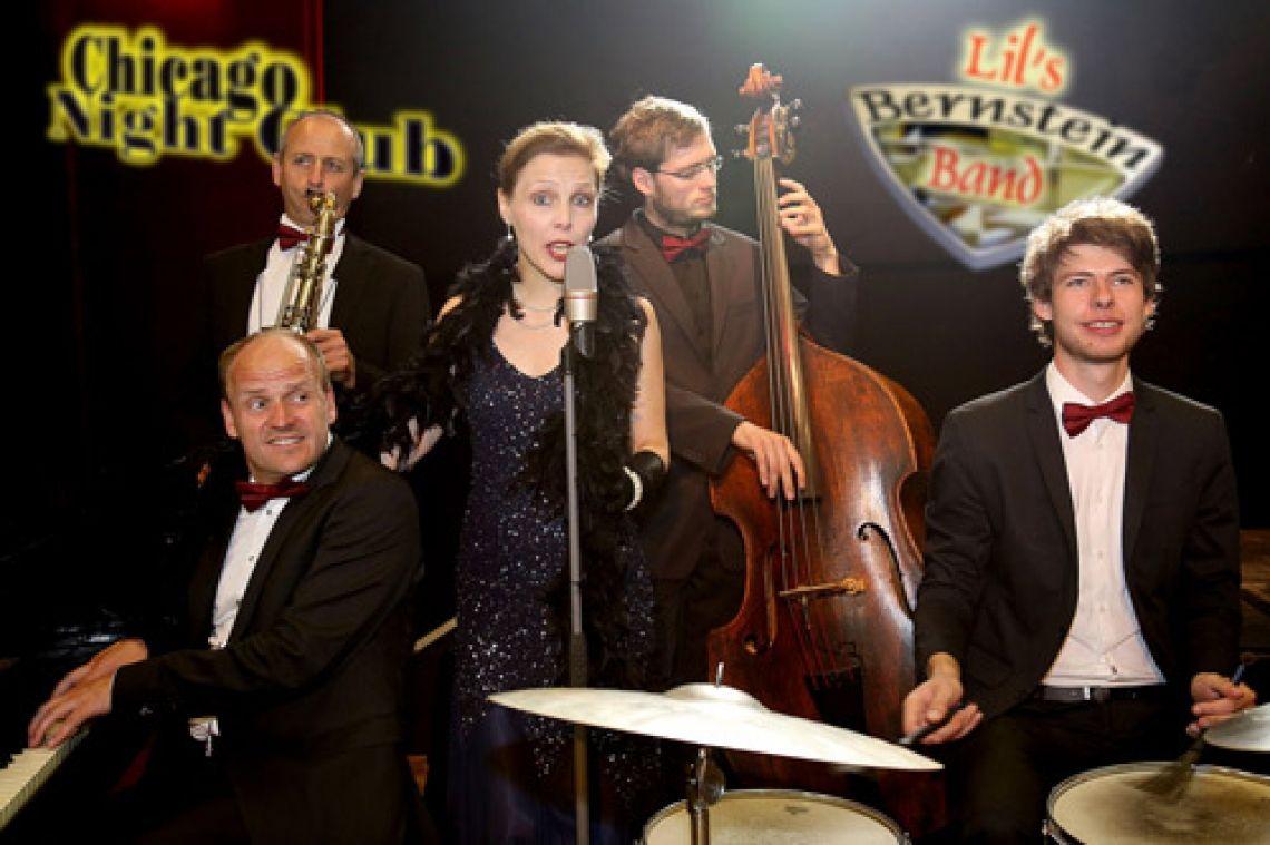Lil's Bernstein Band . die Lieblingskapelle von Al Capone Unsere Lil's Bernstein Band kann gern zugebucht werden. Mit beswingten und jazzsouligen Hits der Capone-Ära; aber auch mit moderner Tanzmusik bilden die professionellen Musiker und ihre brillante Sängerin einen passenden musikalischen Rahmen in jedem Chicago Night Club.