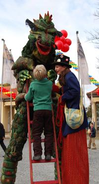 Kinder - Für Kinder und die ganze Familie <br> - Drachenrevue als Walk Act oder Show <br> - Pino & Co, Figuren aus dem Spielzeugland <br> - Stelzenkurse für größere Kids und Erwachsene