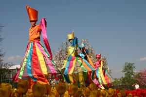 Farbenfrohe Walk Acts - Für Straßentheater oder Event <br> - Phantastische Kostüme <br> - Schauspielerische Gestaltung <br> - Frisch, humorvoll, kommunikativ