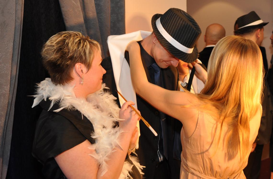 Reizende Assistentinnen sind immer dabei! Unsere bezaubernden Assistentinnen helfen beim ausstatten der Gäste mit Accessoires. In Sekunden fotografiert und das Bild überreicht- können wir auch bis zu 1500 Gäste am Abend fotografieren!