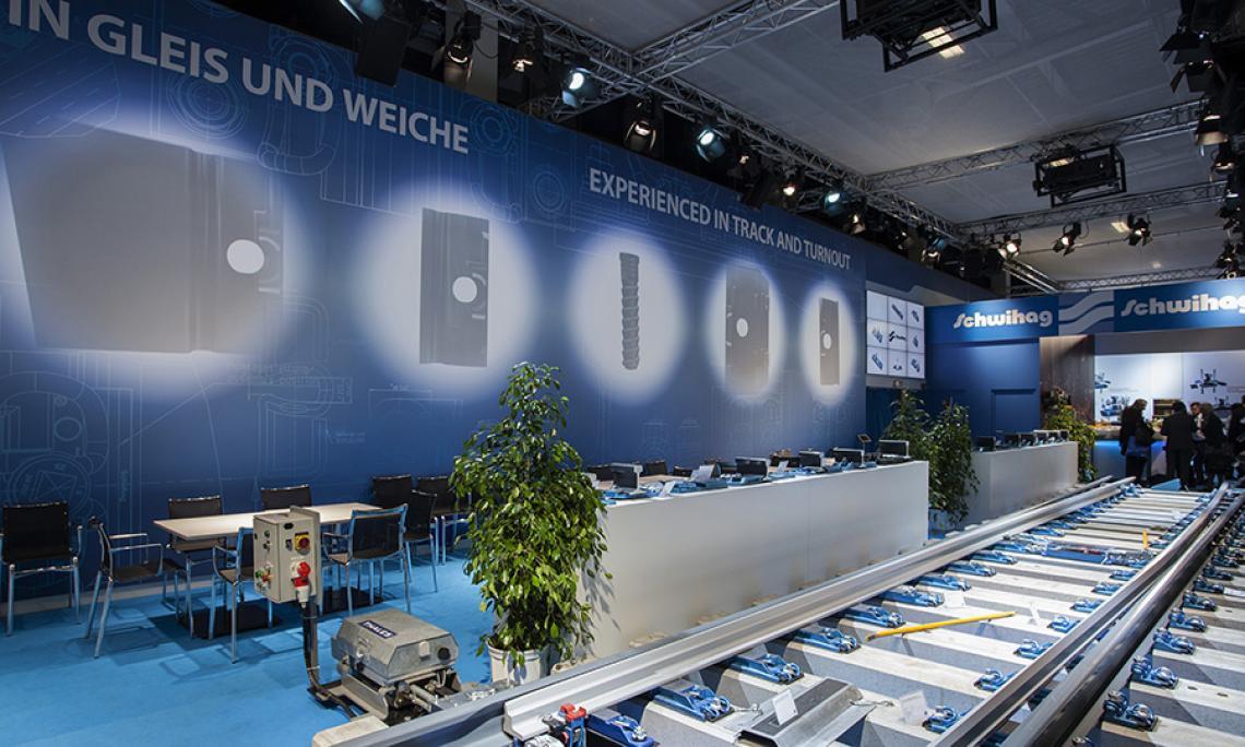 INNOTRANS Berlin |  18m Projektion mit 3 x 20.000 ANSI-Lumen Beamer, Programmierung, Exponat-Inszenierung durch Movinglights, 9er Stegloswand