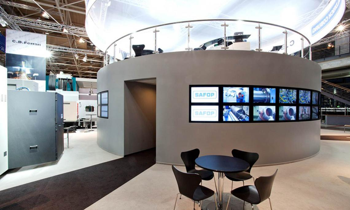 EMO Hannover |  Einbau von 60 Monitoren, Medientechnik, Licht, Traverse