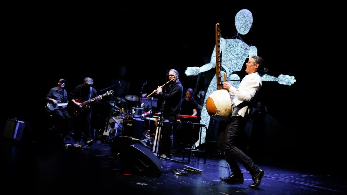 """DUNDU in Concert CHARISIUS&Band DUNDUMUSIK auf dem westafrikanischen Erzählinstrument """"Kora""""erzeugt eine Zauberwelt um DUNDU. Als Konzert-show einzigartig, spielt diese anmutige Klangwelt in verschiedenen Genres der Popularmusik, während DUNDU als besonderer Besucher mal auf der Bühne zur Musik, mal im Publikum auftritt."""