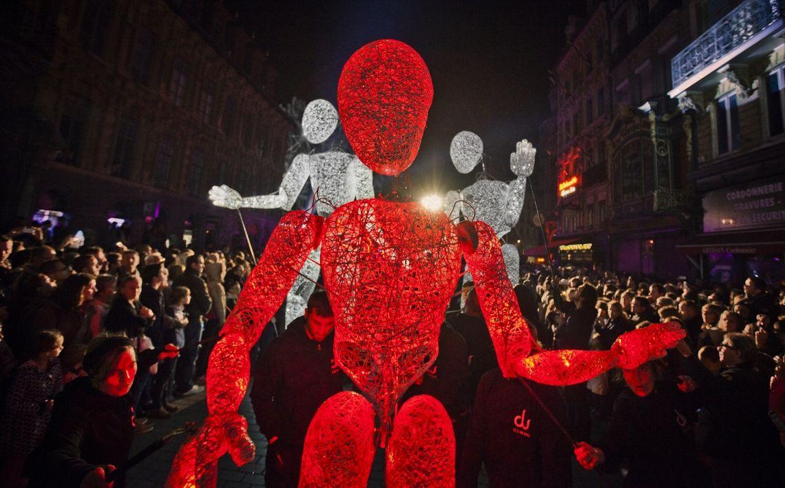 Die DUNDU-Giganten - Walk-Act Parade mit Licht und noch nie dagelegener Interaktion Interaktive musikalische Bespielung der Rennaissance Parade in Lille