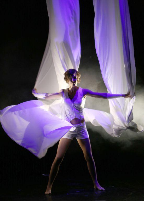 Akrobatik voller Eleganz und Poesie Ob in einem Varieté-Theater oder über dem Meer, immer besticht Meike Siljas Akrobatik durch Eleganz und Poesie.
