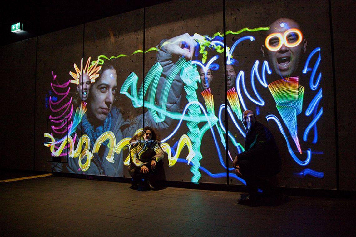 Luma Paint - Interactive Light Graffiti Mit unserem Luma Painter haben wir eine kreative und interaktive Installation geschaffen, die kinderleicht in ihrer Bedienung ist und faszinierend in ihrer Wirkung. Mit ihr ist es möglich mit Licht zu kommunizieren und Flächen, Räume und Objekte zu gestalten.  Hier wird der Gast zum Künstler und das Event zum Happening.