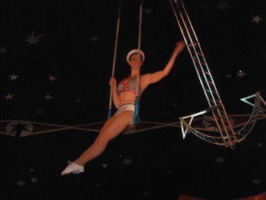 """Die Luftanker Show by Laura Cohen von circusevents-koeln.de Die Luftankershow – Einmalig in Europa!  Die Luftankershow ist eine originelle Darbietung, in der Laura Cohen als Matrosin hoch über dem Publikum auf einem glitzernden Anker schwebt.  In einer gelungenen Kombination aus Akrobatik & Ästhetik steigt die Spannung bis zum """"Grand Finale"""", dem Nackenhang. Diese Show eignet sich hervorragend zu allen Veranstaltungen mit dem Thema Wasser."""