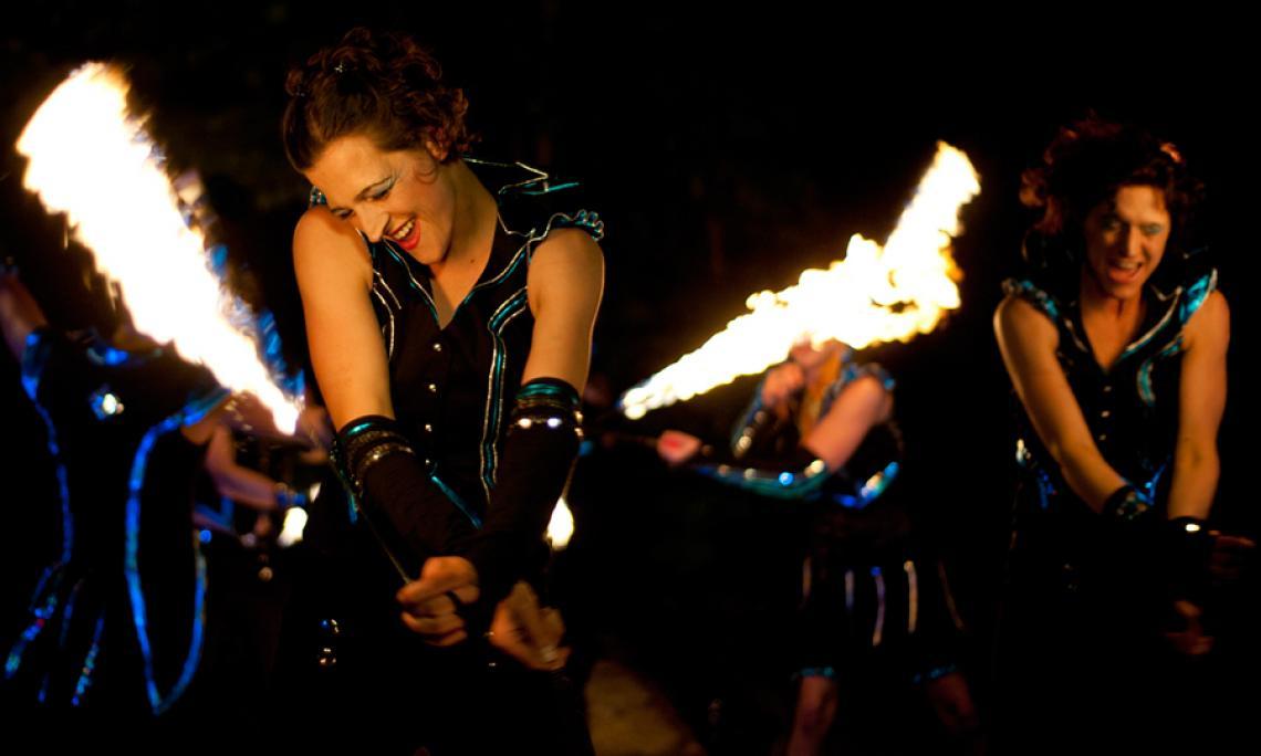 Feuershow mit ein bis drei Artisten - Feuerartistik mit unterschiedlichen brennenden Requisiten zu Musik.