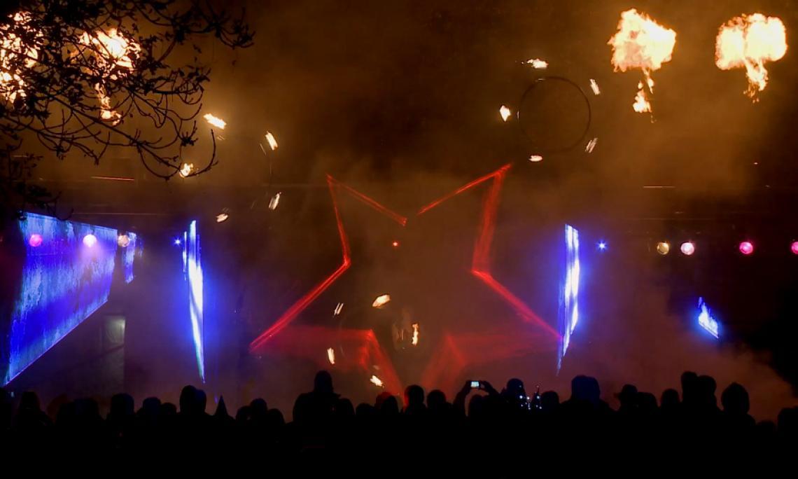 Feuershow mit Lasershow - Wir begleiten unsere Feuershows auf Wunsch auf mit Lasertechnik und Flammenprojektoren.