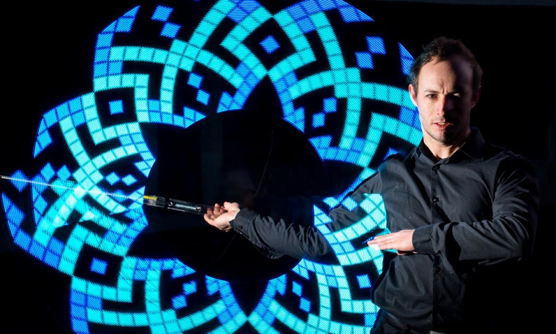 LED-Show - Licht-Jonglage mit unterschiedlichen LED-Requisiten zu Musik.