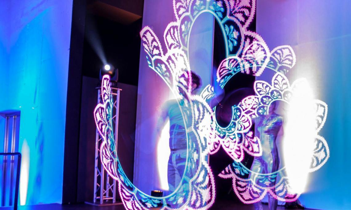 Lichtshow - Show-Act mit Musik-synchron programmierbaren LED-Requisiten.